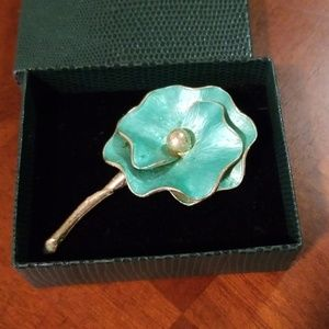 Flower pin with pearl